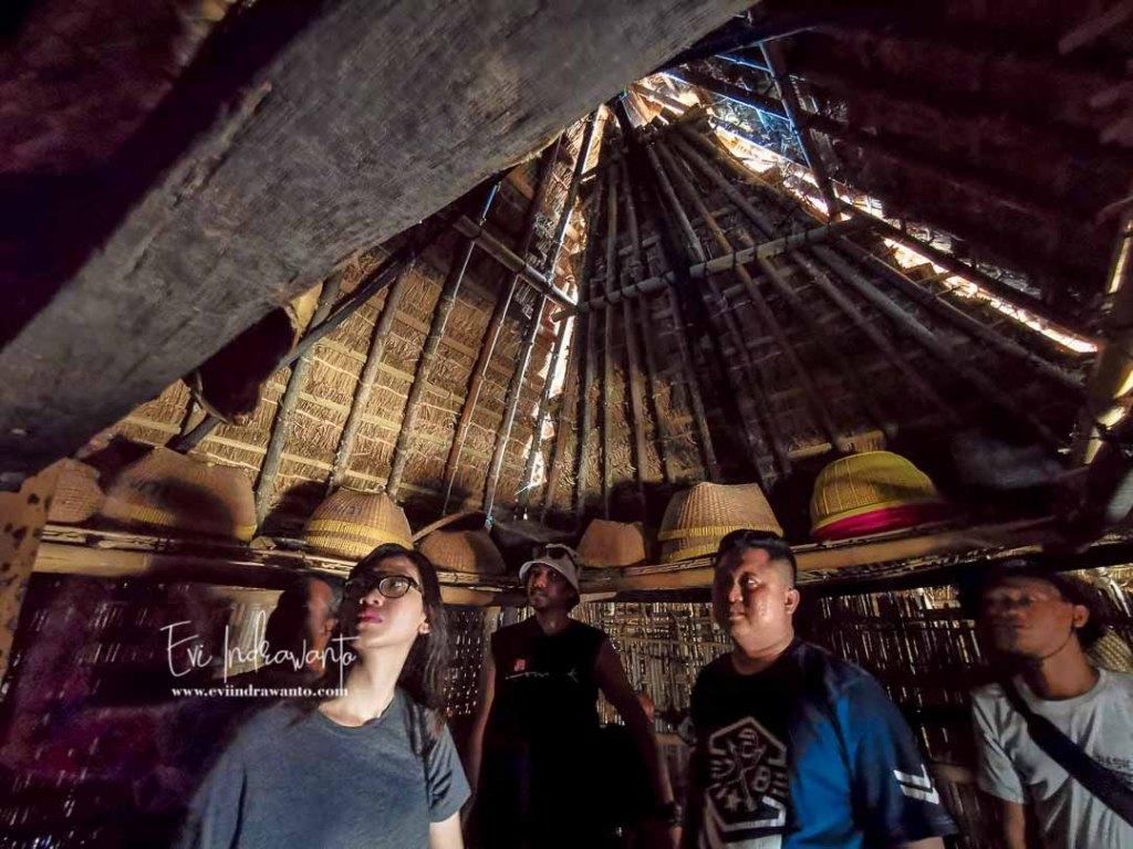 Bale Dalam Rumah Suku Sasak di Dusun Ende Lombok
