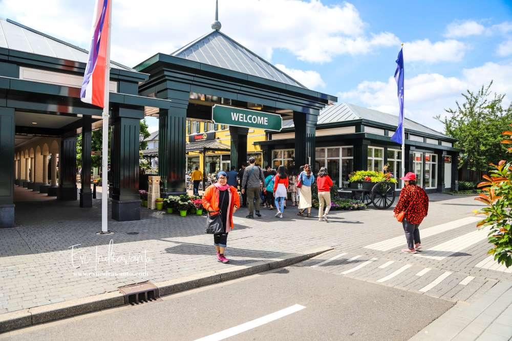Mengintip orang Belanja di Roermond Designer Outlet