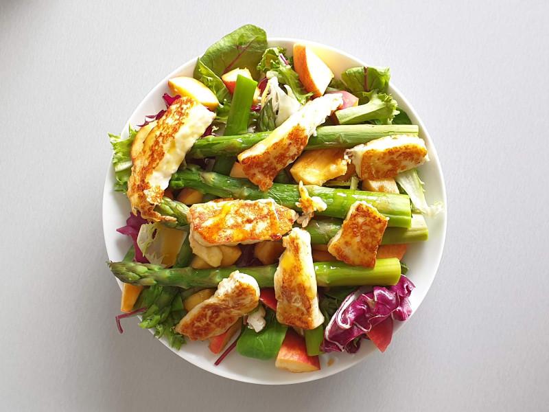 Gezond eten - Salade van asperges, halloumi, perzik (recept: On a healthy adventure)