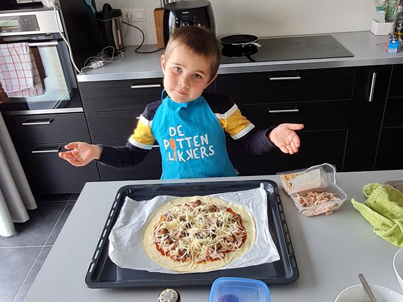 5 beelden Tuur en het lief maken pizza's
