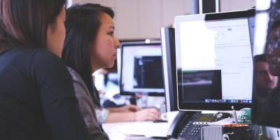 Femme-informatique-ingenieur-science-ordinateur