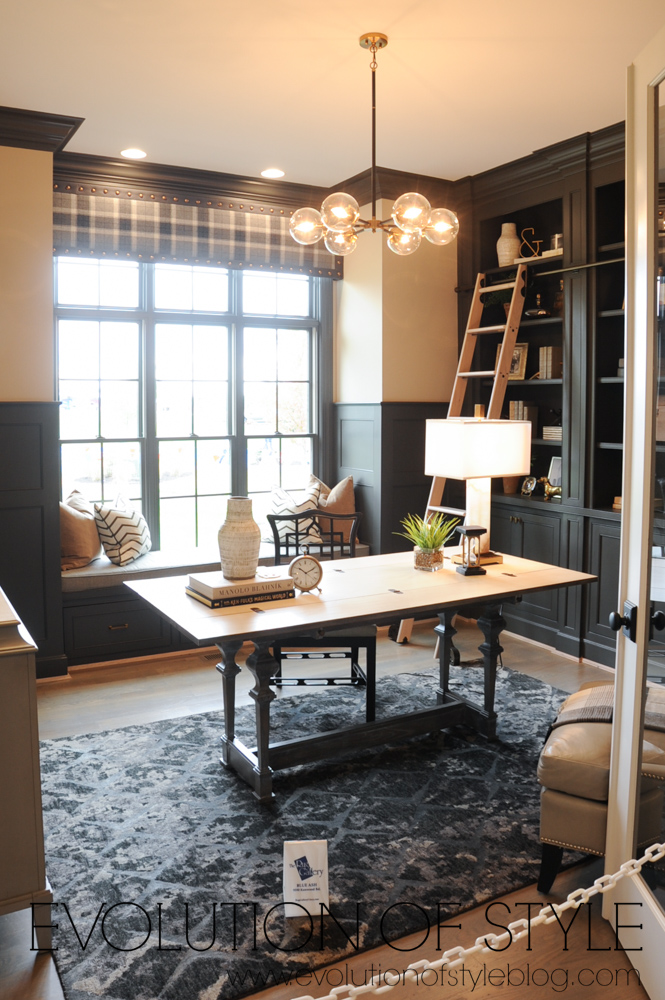 Home office with built-ins