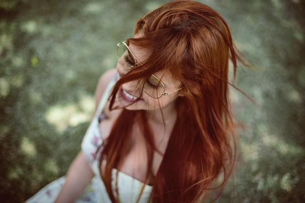 femme ingénue et heureuse