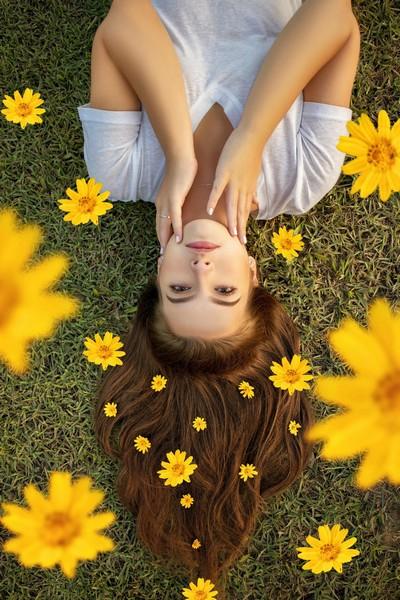 fille dans les fleurs