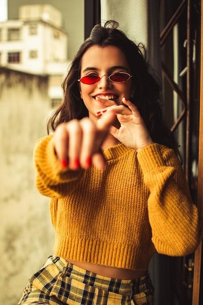 fille pull jaune souriante