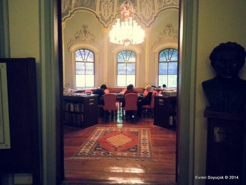 Kütüphanenin Tramvay Yoluna Bakan Okuma Salonu