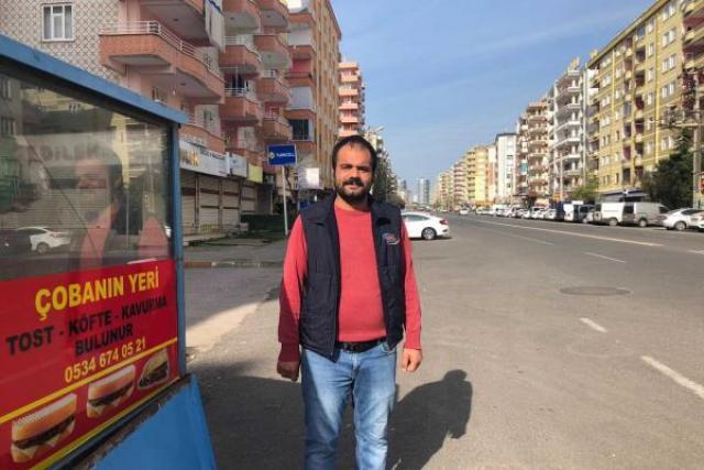 Diyarbakır'da seyyar bir tezgahla tost satarak geçimini sağlayan Baver Çoban.