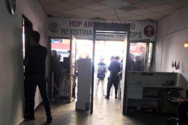 HDP binasının girişinde polisler