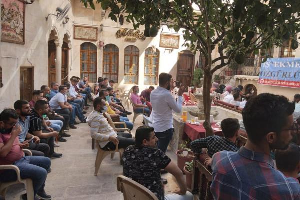 Urfa'da Uğur Tekstil işçileri, DİSK Tekstil sendikasının çağrısıyla geniş katılımlı bir toplantı düzenledi.