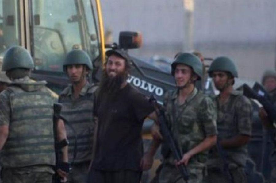 YPG, Tel Abyad'a girdikten sonra Türkiye'ye geçen bir IŞİD militanı gözaltına alınırken gülümsüyordu.
