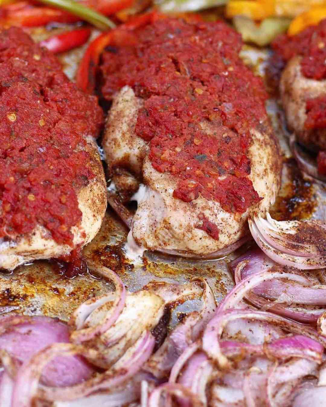 Łatwe przygotowywanie posiłków dzięki pojemnikom Reynolds Heat and Eat oraz łatwy przepis na kurczaka z papryką fajita i kuskusem w jednym garnku!