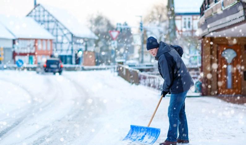 Jak správně odklízet sníh, abychom nepřetěžovali páteř