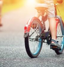 Nebojte se svého školáka pustit na kolo. Naučte jej hravě pravidla silničního provozu.