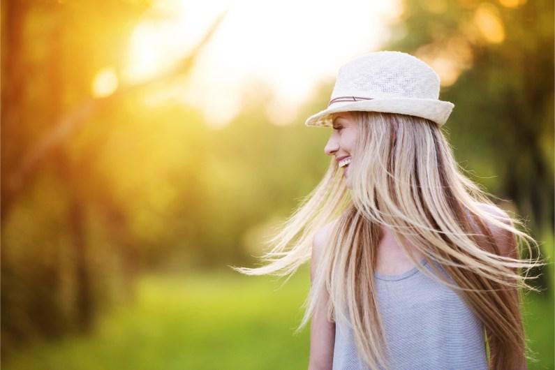 Silné a zdravím kypící vlasy i na konci léta. Napravte škody způsobené sluníčkem a koupáním