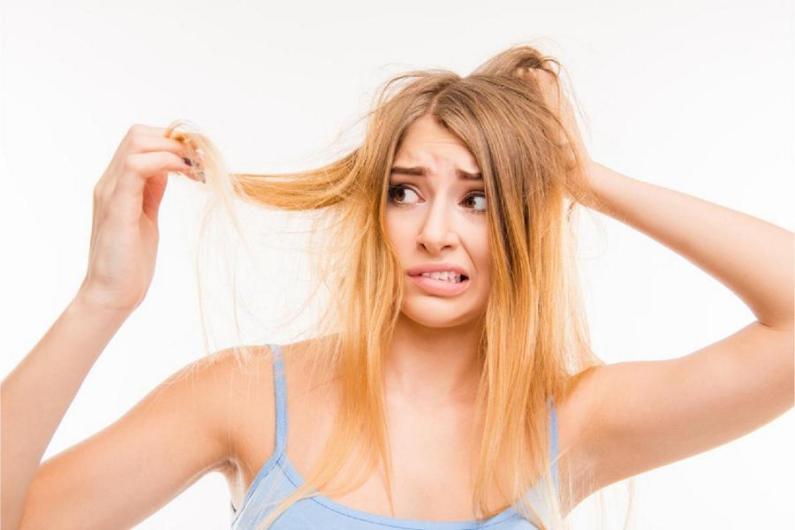 Máte po létě vysušené a poničené vlasy? Máme pro vás čtyři tipy, jak je vrátit do formy.