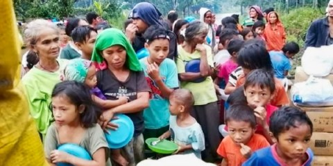 People line up for food following the destruction of their homes after a series of strong earthquakes hit Mindanao. Photo: UCAN/courtesy of Kidapawan Diocese