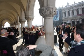 Bridal group under the Loggia of Palazzo Ducale