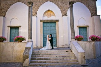 Bridal couple in front of Ravello church