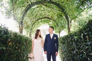 Hotel Caruso wedding: bridal couple in the park