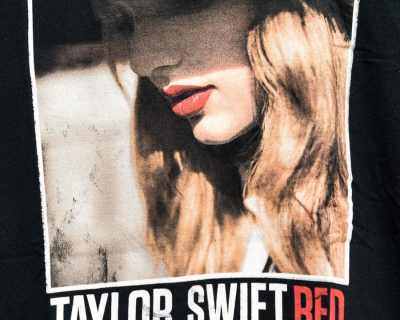 TEE SHIRT – GILDAN – MANCHE COURTE NOIR TAYLOR SWIFT RED – Size M