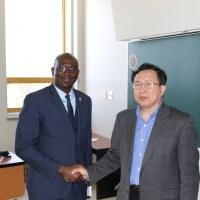 Poignée de main entre le conférencier et un professeur de la Faculté Sc. administration