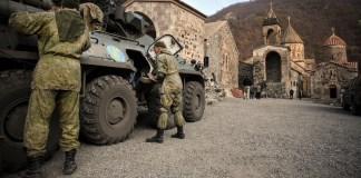 Des soldats russes gardent le vieux monastère de Dadivank.