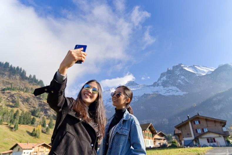 Expat Switzerland, two women take a selfie in the Swiss Alps