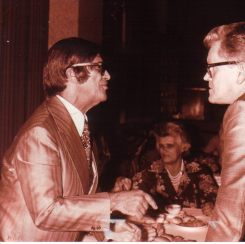 Chico Xavier, fotos inéditas. Roland Stig Ibsen, livreiro, cumprimenta Chico Xavier.