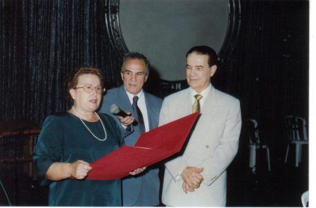 Divaldo Pereira Franco recebe o Diploma de Cidadão Paulistano. Ao centro, Eder Jofre.
