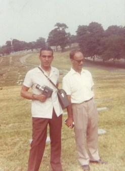 Chico Xavier e Jorge Rizzini em um cemitério de Nova Iorque, em 1965, à procura do túmulo de Margareth Fox.