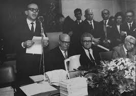 Evento (local desconhecido): em pé (desconhecido). Sentados: Ignacio Giovinni, J. Herculano Pires e Carlos Jordão da Silva.