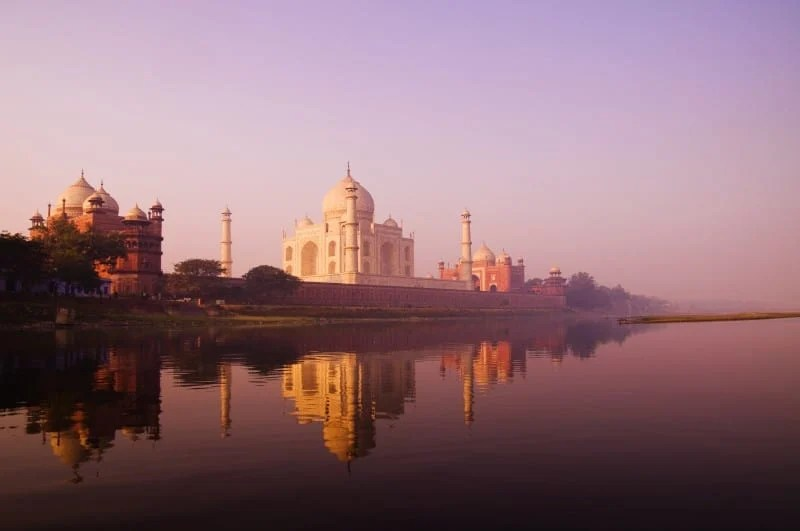 Beautiful scenery of Taj Mahal and a body of water.