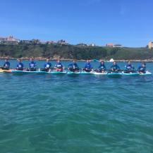 Alumnos de stand up paddle con la Escuela Surf los Locos en Suances en Cantabria