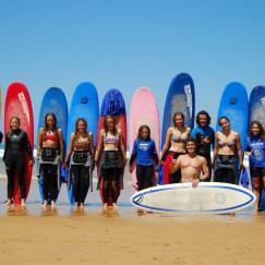 Alumnos del curso de surf de la Escuela de Surf los Locos en Suances en Cantabria