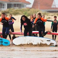 Grupo de alumnos en el surf camp con la Escuela Watsay Surf School en Santoña en Cantabria