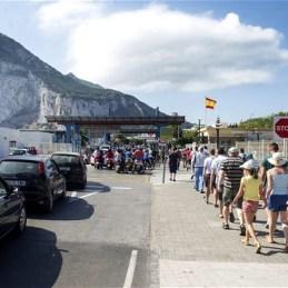 Grupo de personas entrando en Gibraltar con la Empresa Receptivo Cádiz en Andalucía