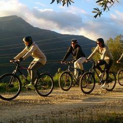 Grupo de ciclistas desciendiendo con la Empresa Team 4 you cerca de Marbella