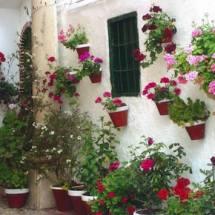 Tiestos en las paredes del Barrio del Cerro en Cabra en Córdoba