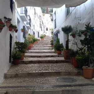 Bonitas calles de Frigiliana con Málaga Tour Running en Málaga