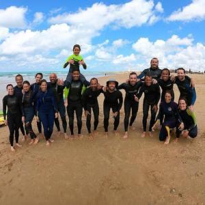 Alumnos del surfcamp con la Escuela Homiesurfcamp en Vejer de la Frontera en Cádiz
