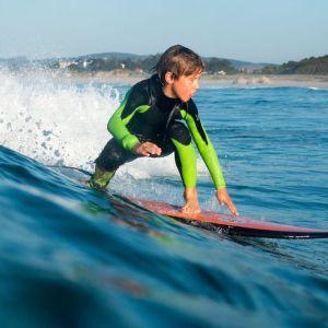 Niño haciendo un curso de surf inicial con la Escuela Cantabra de Surf en Somo en Cantabria