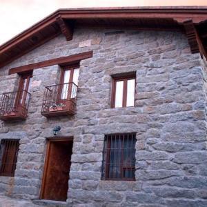 Fachada de la casa rural el Mirador del Alberche en Navaluenga en la provincia de Avila