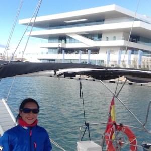 Pasajero en un barco cerca de la America's cup en Valencia