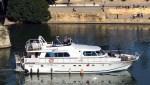 Barco navegando en las aguas del río Guadalquivir en Sevilla