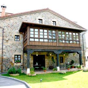 Fachada de la posada Ocho Hermanas en Las Fraguas en Cantabria
