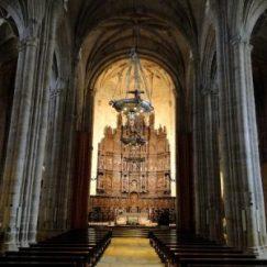 Interior de la concatedral de Santa María en Cáceres en Extremadura