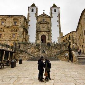 Turistas en la fachada de la iglesia de San Francisco Javier en Cáceres