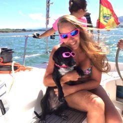 Turista en un evento en el velero de Santander en Barco en la Bahía de Santander