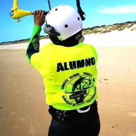 Alumna en el curso de kitesurf para niños de windkite en Sanlúcar de Barrameda