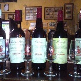 Botellas de vino en bodegas La Cigarrera en Sanlúcar de Barrameda en Cádiz